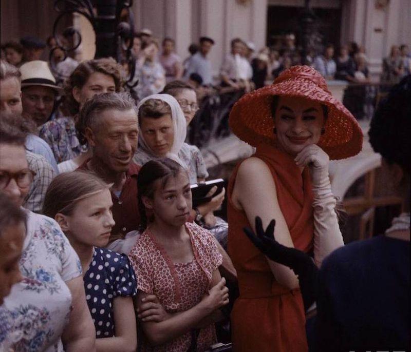 61b870c1da99 Модели американского журнала LIFE гуляли и фотографировались в ГУМе, на  центральных улицах и даже побывали на московском рынке.